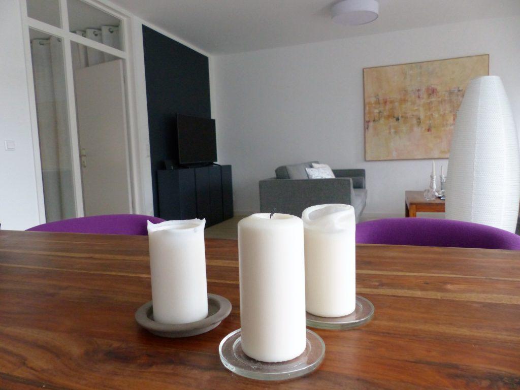 Wohnbereich Blick 8 nachher mit Esstisch-Kerzen, TV-Sideboard, Zweisitzer, Wandbild und Stehlampe