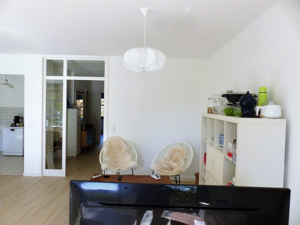 Wohnbereich Blick 9 vorher mit Wohnzimmertuer, Stuehlen, Couchtisch und Regal