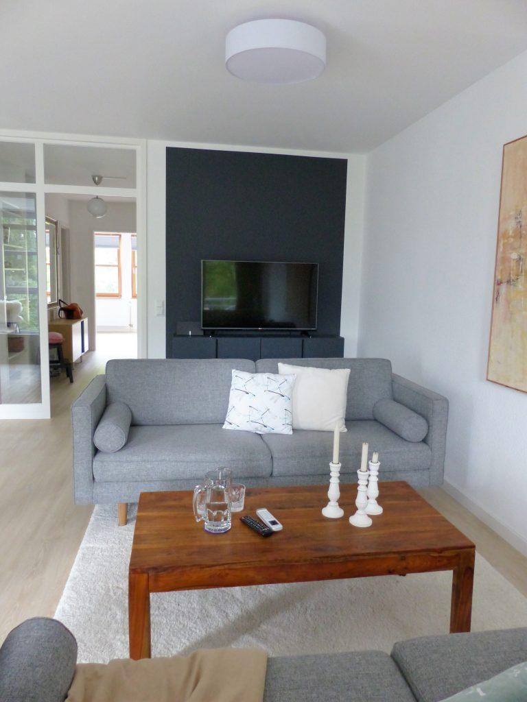 Wohnbereich Blick 9 vorher mit Wohnzimmertuer, TV-Sideboard, Zweisitzer und Couchtisch
