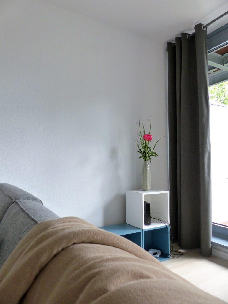 Wohnbereich Blick 11 nachher mit Kleinregal hinter Zweisitzer