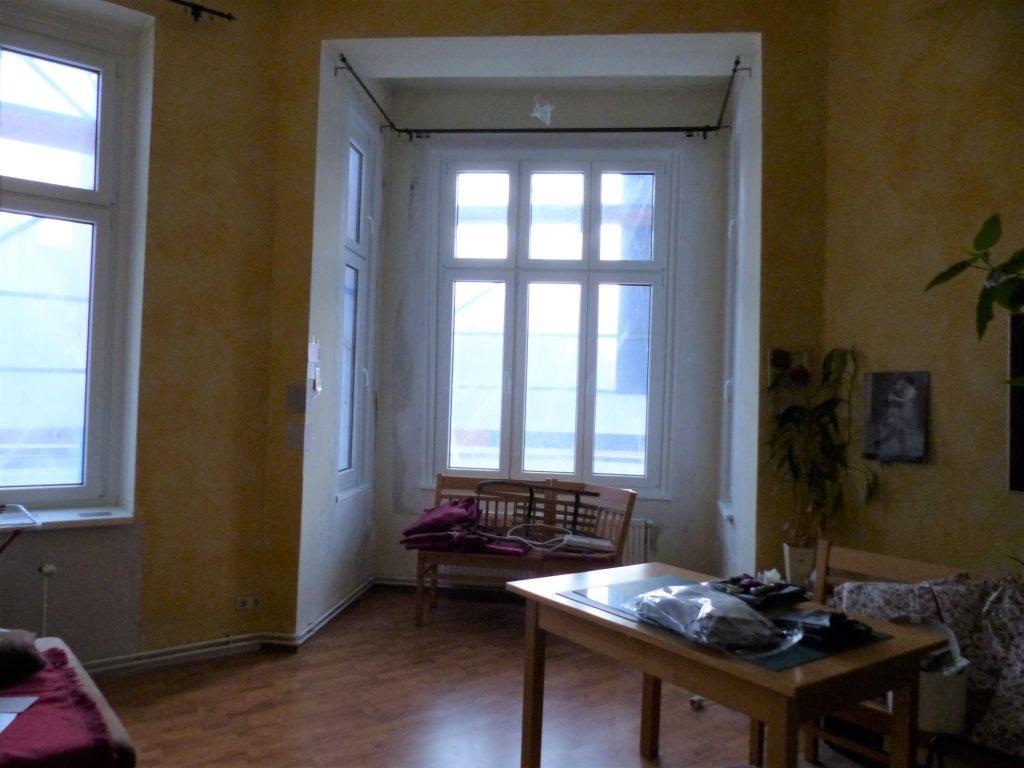 Wohnzimmer Blick 1 vorher mit Erker, Esstisch und gelber Wand