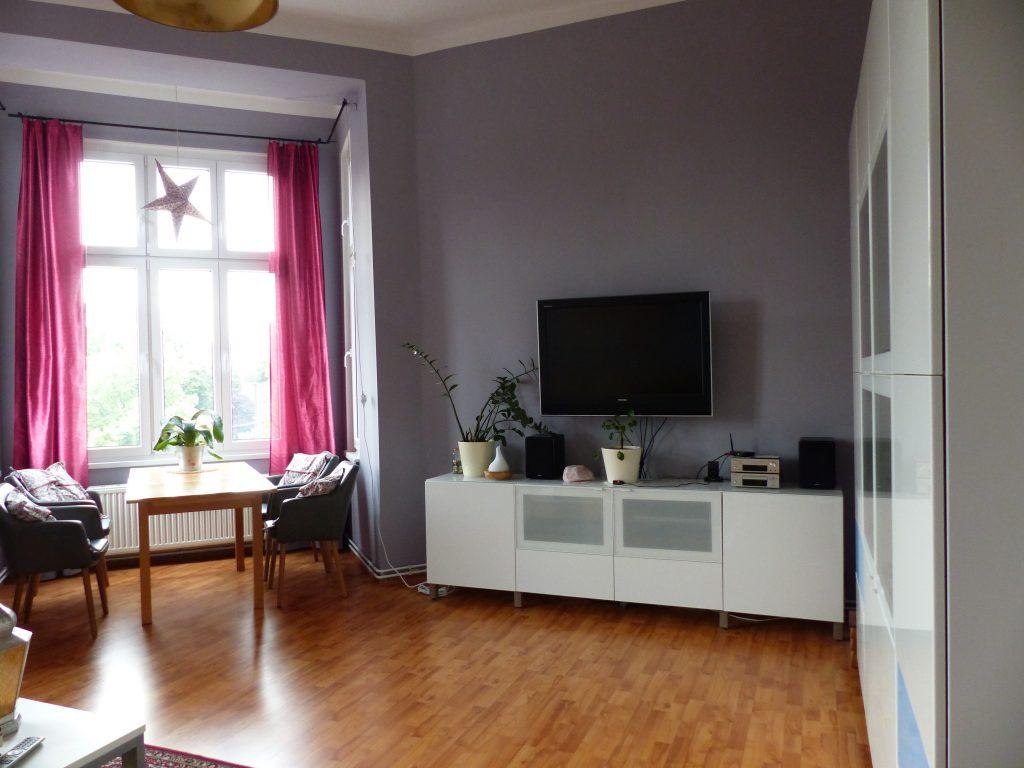 Wohnzimmer Blick 1 nachher mit Esstisch, weissem Sideboard und Schrank