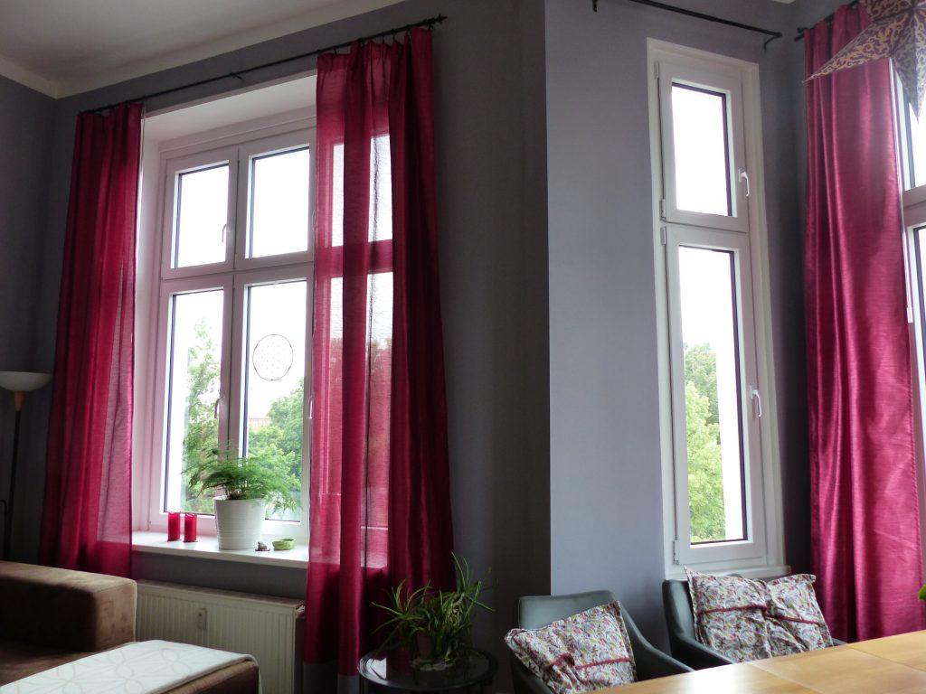 Wohnzimmer Blick 1 nachher mit Fenstern und pinkfarbenen Vorhaengen