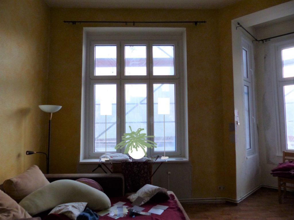 Wohnzimmer Blick 2 vorher mit Ecksofa, Stehlampe und gelber Wand