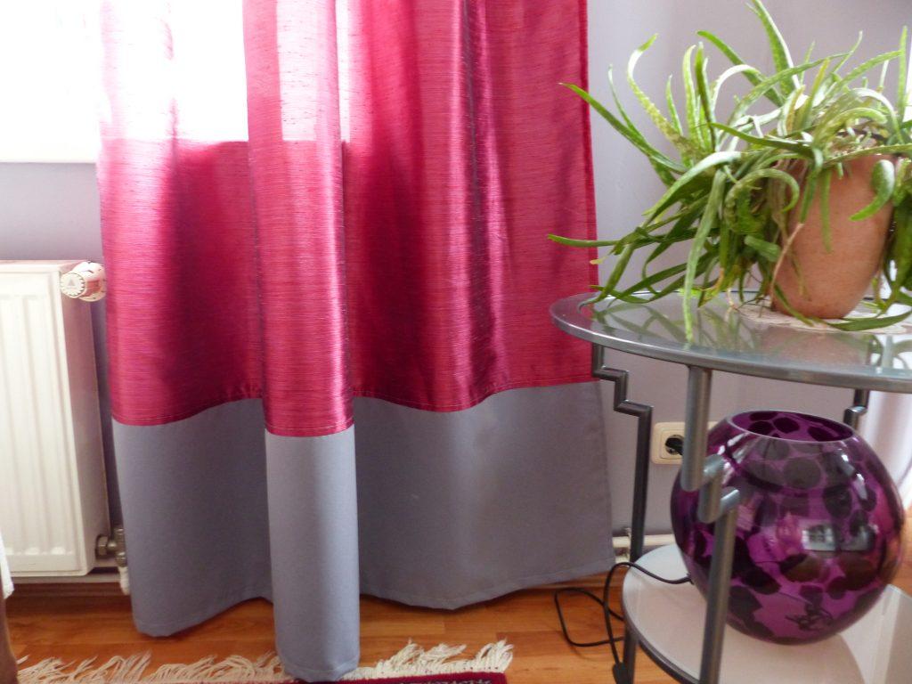 Wohnzimmer Blick 2 nachher mit Detail Vorhangabschluss und Blumentopf-Ständer