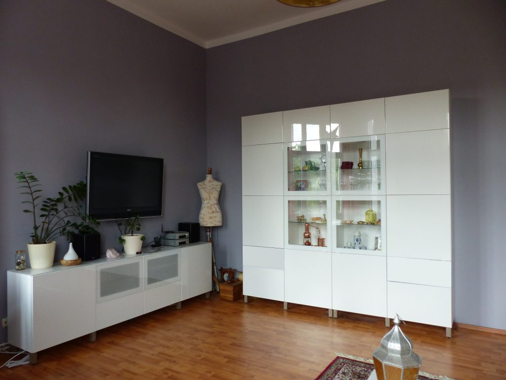 Wohnzimmer Blick 3 nachher mit TV, weissem Sideboard und Schrank