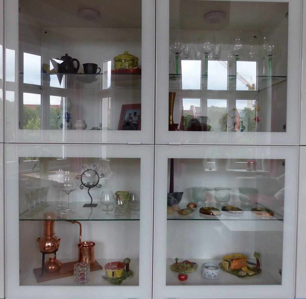 Wohnzimmer Blick 4 vor Dekoüberarbeitung mit Detail weisser Wohnzimmerschrank