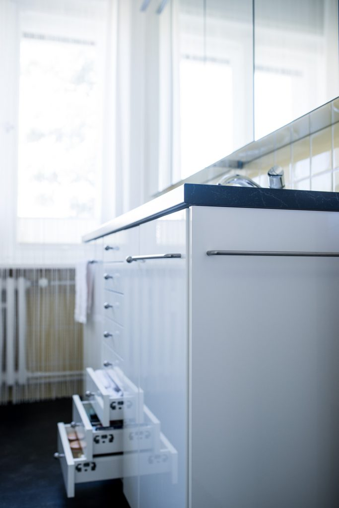Altbaubad im neuen Style mit Handtuchhalter-Griffen am Waschtisch