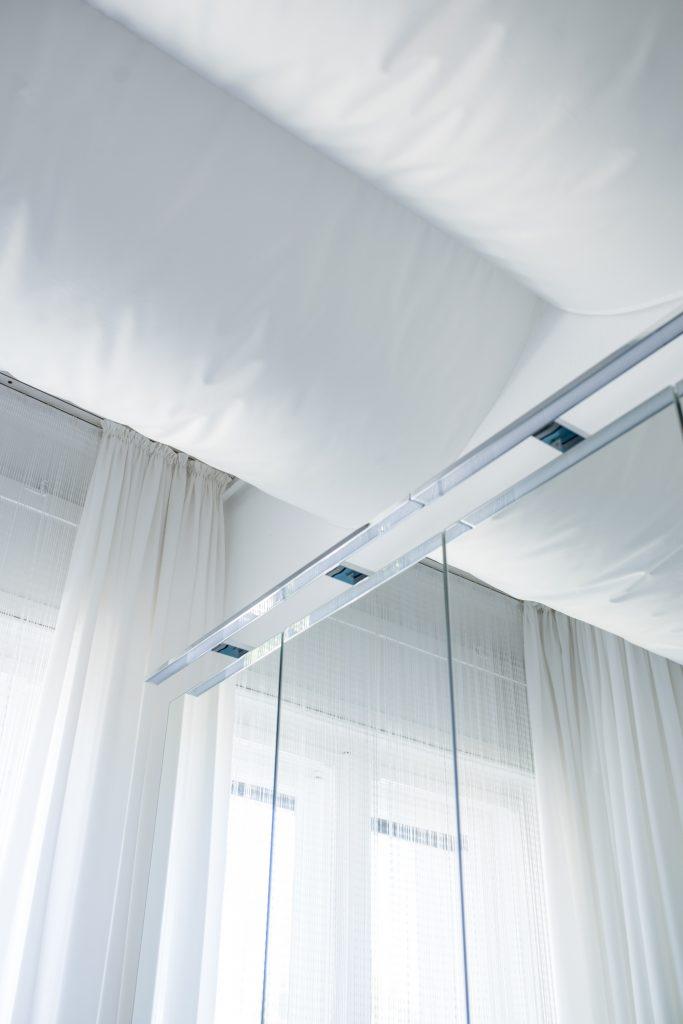 Altbaubad im neuen Style mit weißem Deckenbaldachin