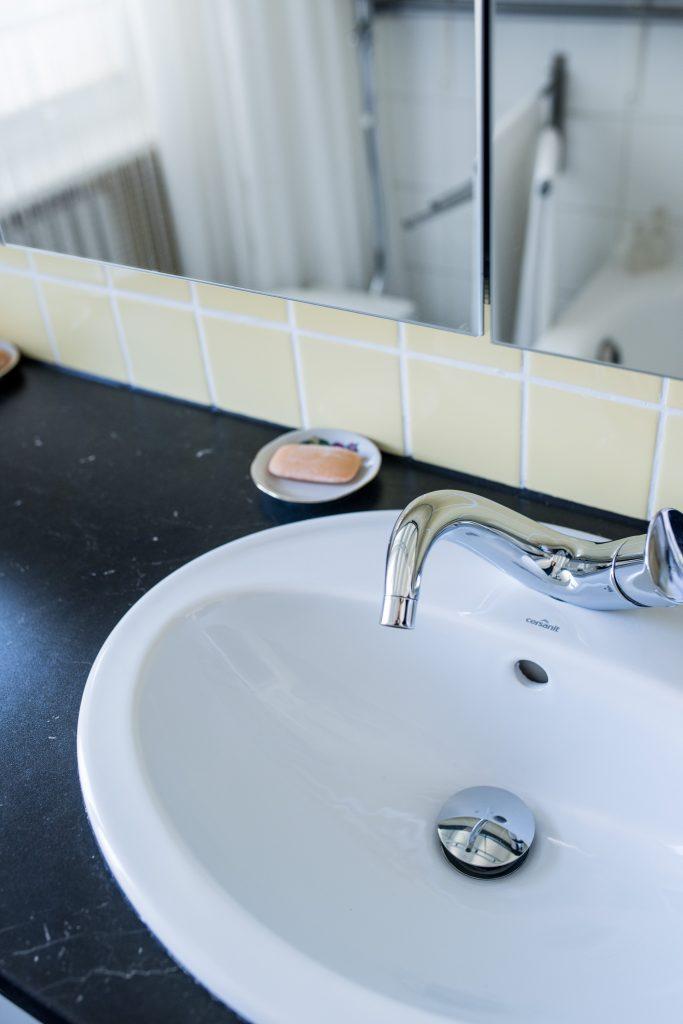 Altbaubad im neuen Style mit Abstellfläche neben den eingelassenen Waschbecken