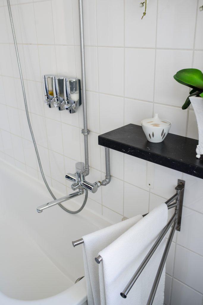 Altbaubad im neuen Style mit Handtuchhalter neben Badewanne