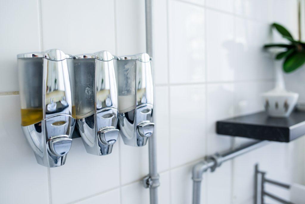 Altbaubad im neuen Style mit 3 eleganten Seifenspendern über Badewanne