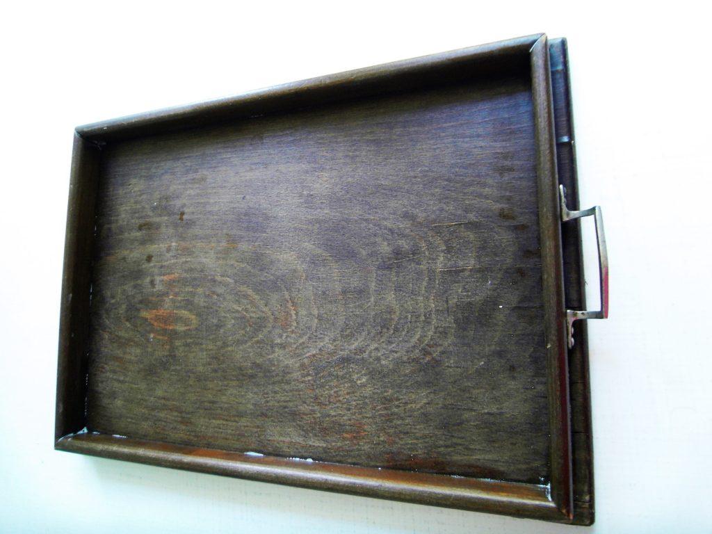 altes Flohmarkt-Tablett vorher mit braunem Holz