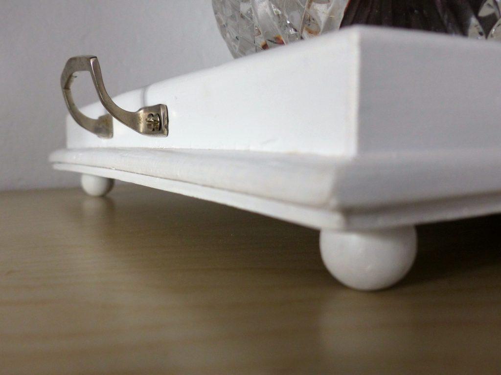 altes Flohmarkt-Tablett nachher mit weißem Holz, Griff und Kugelfüßen