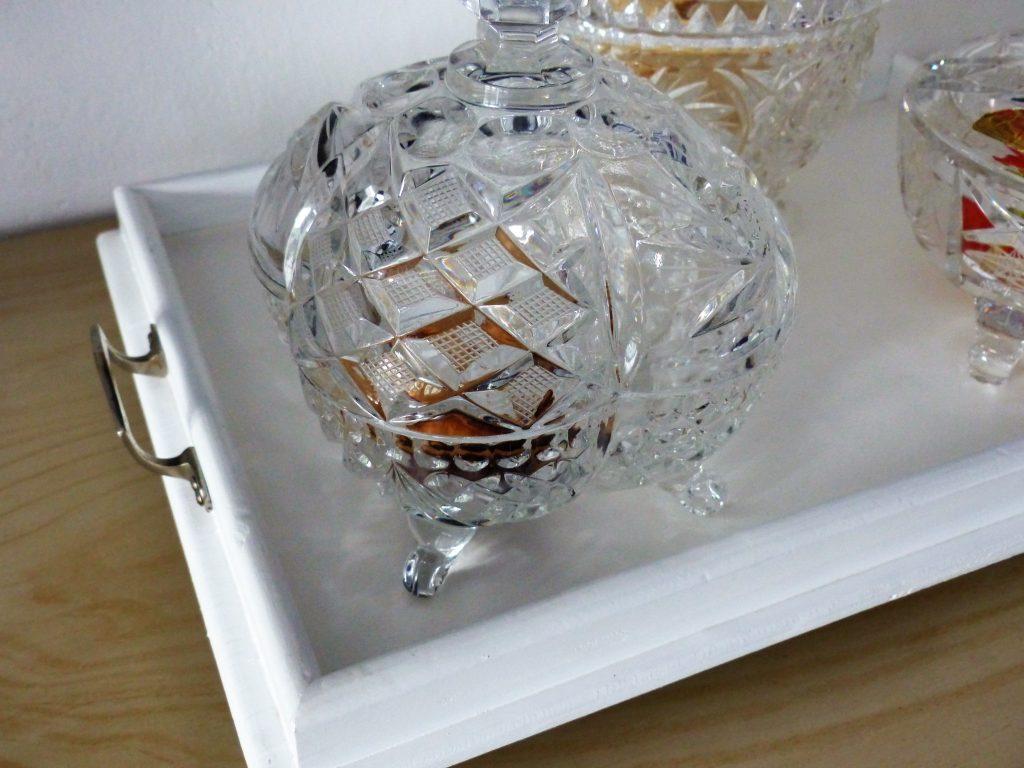 altes Flohmarkt-Tablett nachher Detail mit Kristallschalen