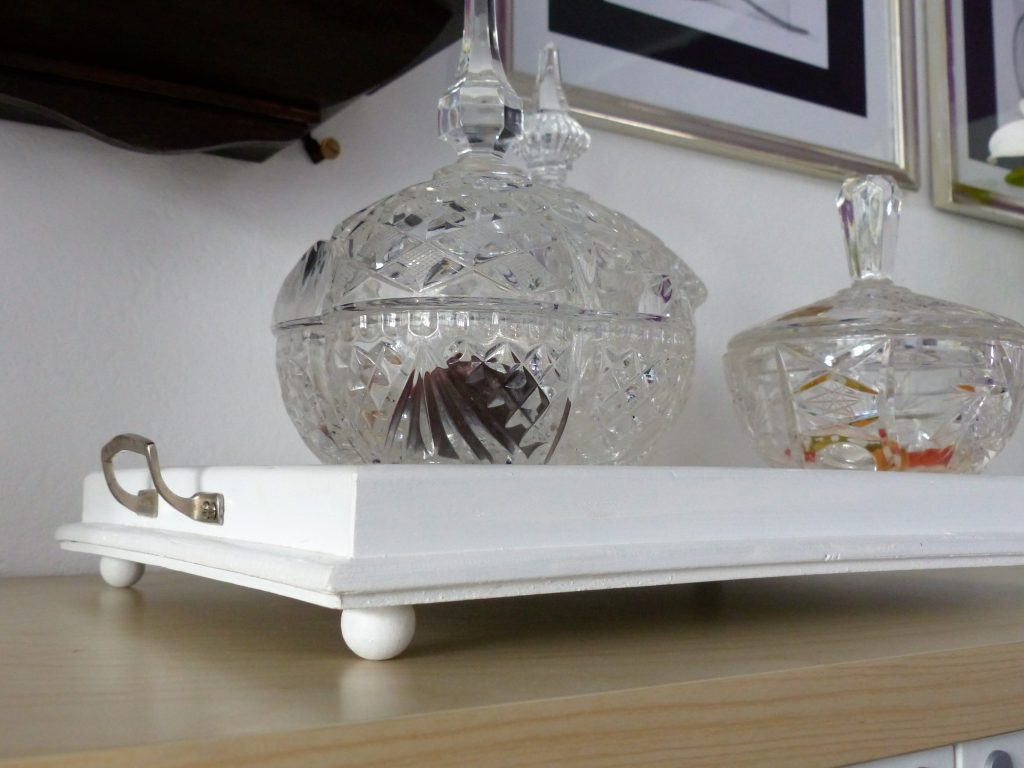 altes Flohmarkt-Tablett nachher mit Griff, Kugelfüßen und Kristallschalen