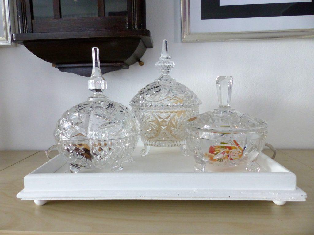 altes Flohmarkt-Tablett nachher mit drei Kristallschalen