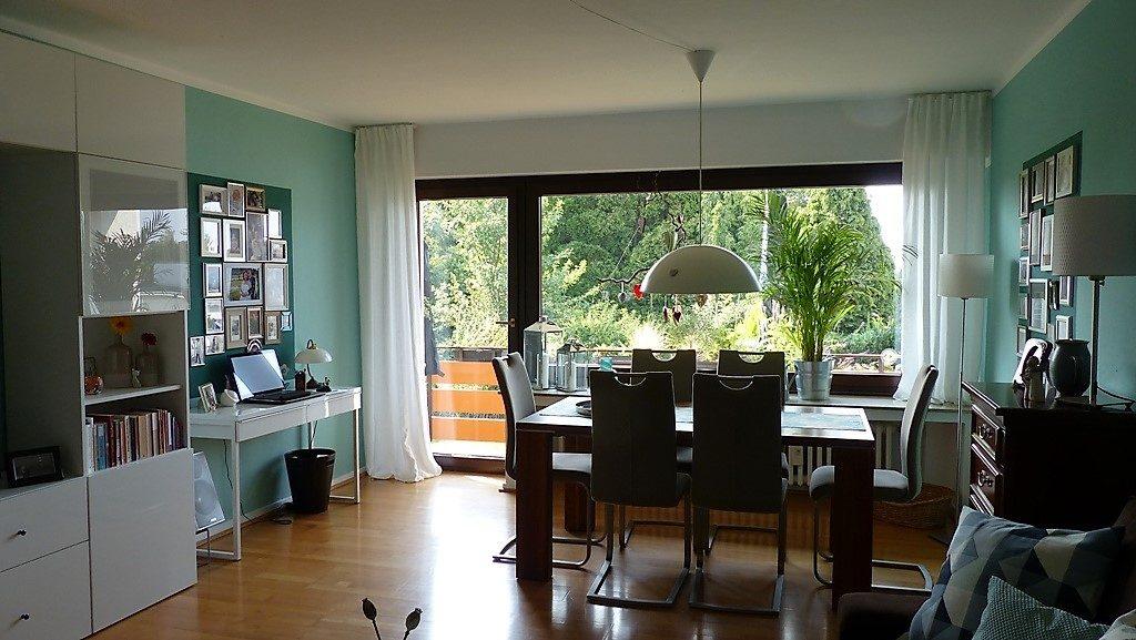 Internet-Wohnzimmer-nachher mit hellen Vorhängen am Fenster