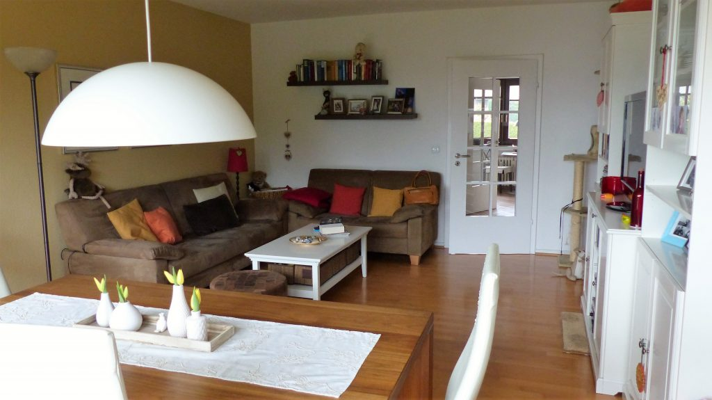 Internet-Wohnzimmer-vorher mit negem Eindruck durch große Möbel
