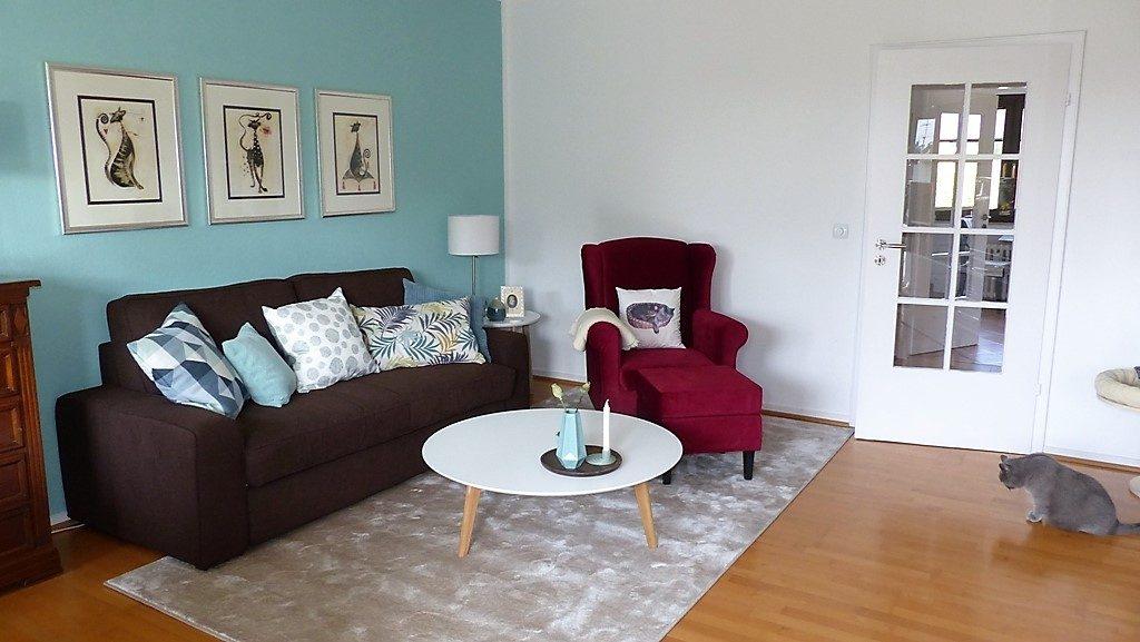 Internet-Wohnzimmer-nachher mit offener leichter Möblierung und rotem Sessel
