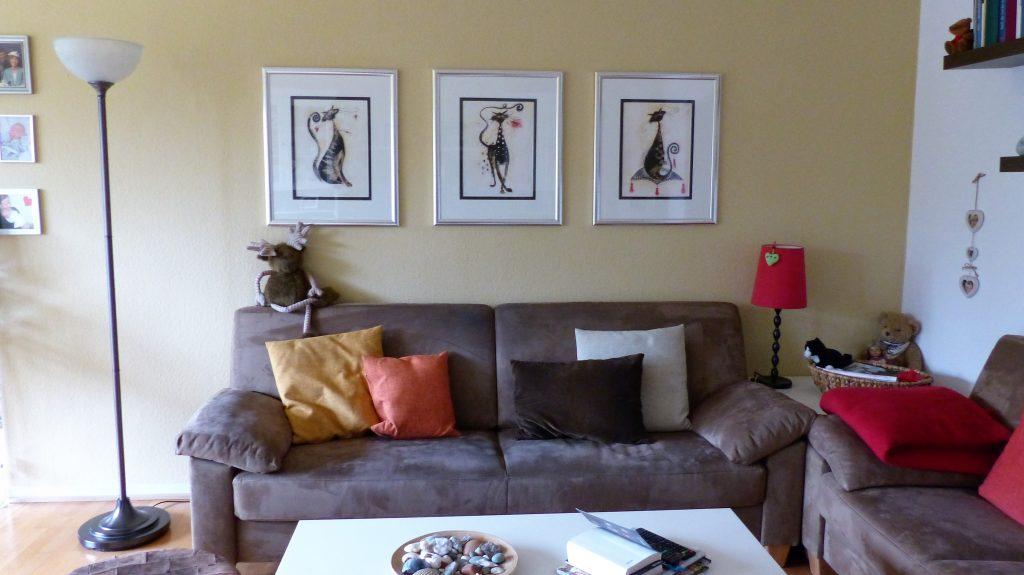Internet-Wohnzimmer-vorher mit grauem Sofa und drei Bildern