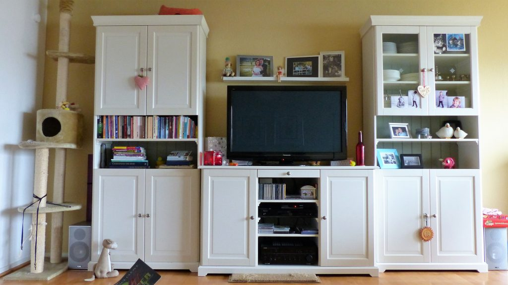 Internet-Wohnzimmer-vorher mit überreich dekorierten Schrankelementen