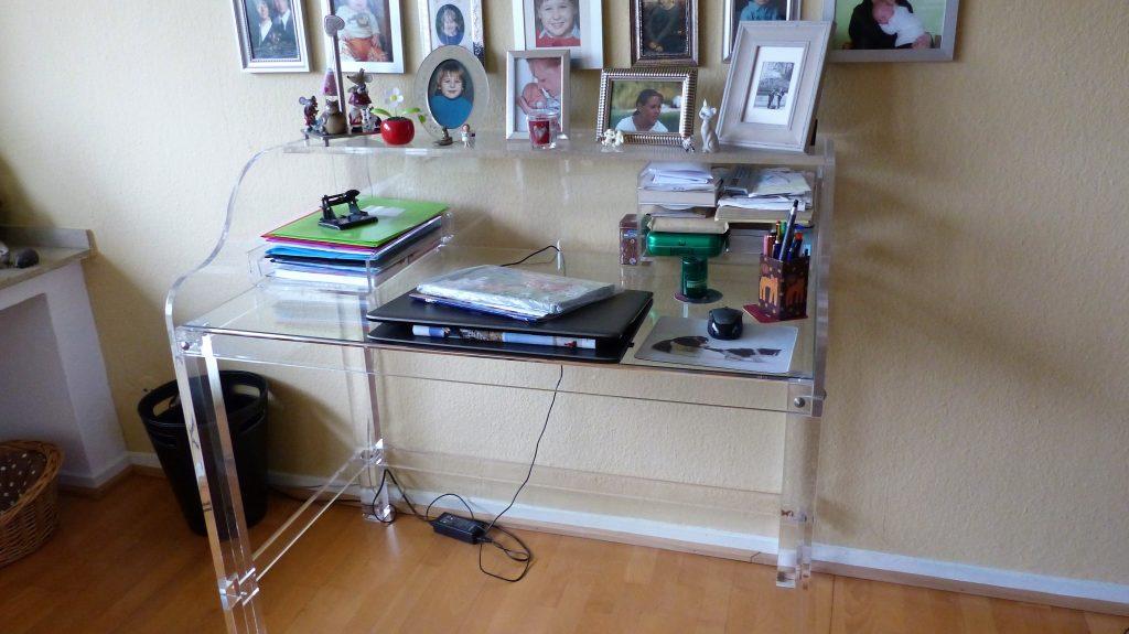 Internet-Wohnzimmer-vorher mit Glastisch vor brauner Wand