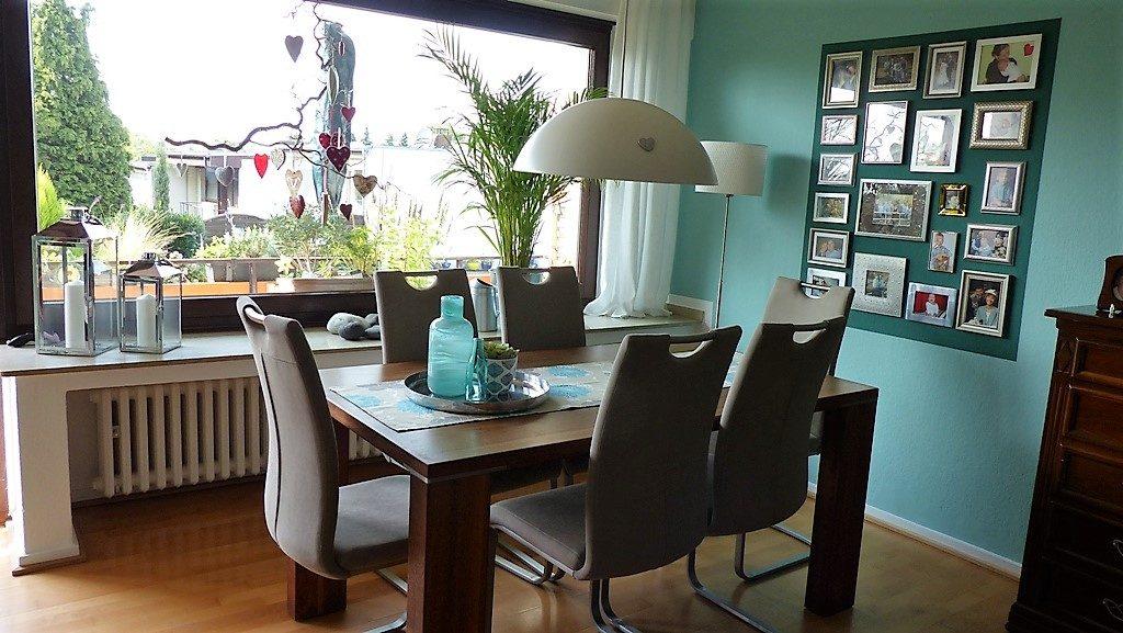 Internet-Wohnzimmer-nachher mit Esstisch und Stühlen und Fensterausblick