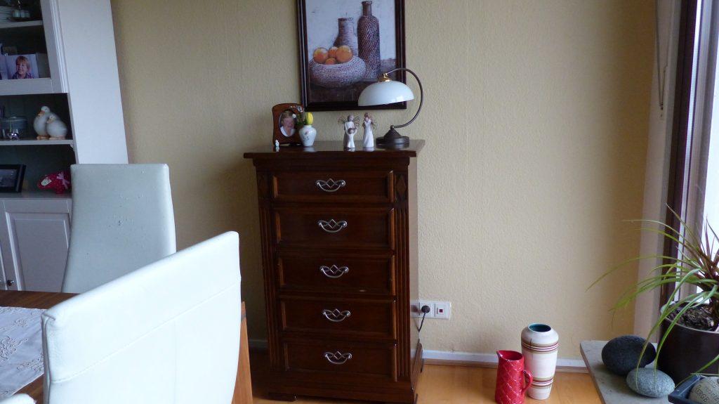Internet-Wohnzimmer-vorher mit brauner Kommode vor brauner Wand