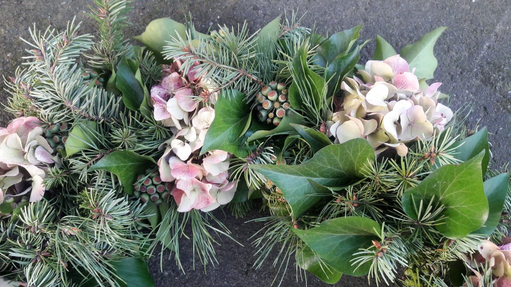 Kranz aus Hortensien, Tanne und Efeu-Samenständen
