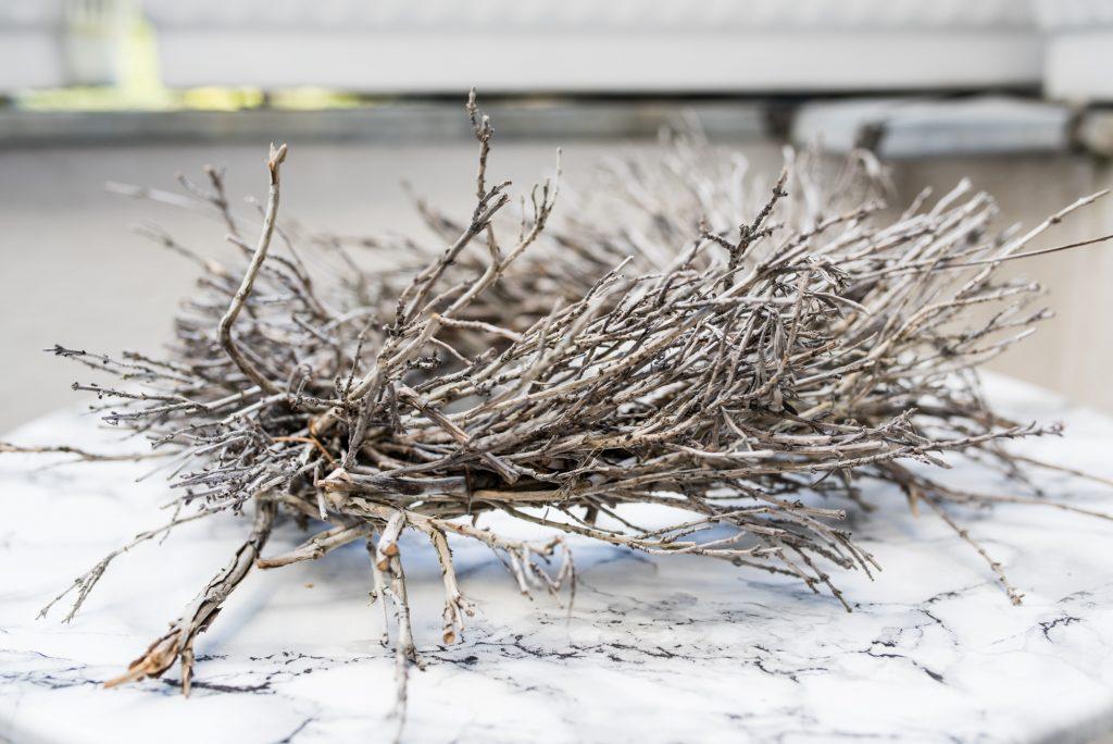 Kränze aus Lavendel-Zweigen: Einer auf der Terrasse als Tischdekoration
