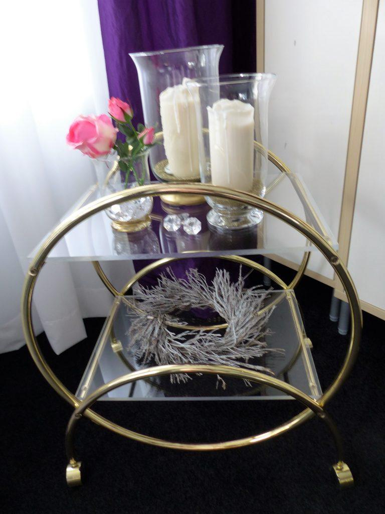Kränze aus Lavendel-Zweigen: Einer auf dem Servierwagen