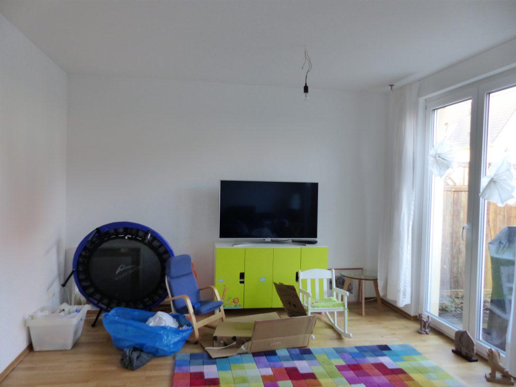 angezogenes Wohnzimmer vor der Umgestaltung mit unklarer Möblierung