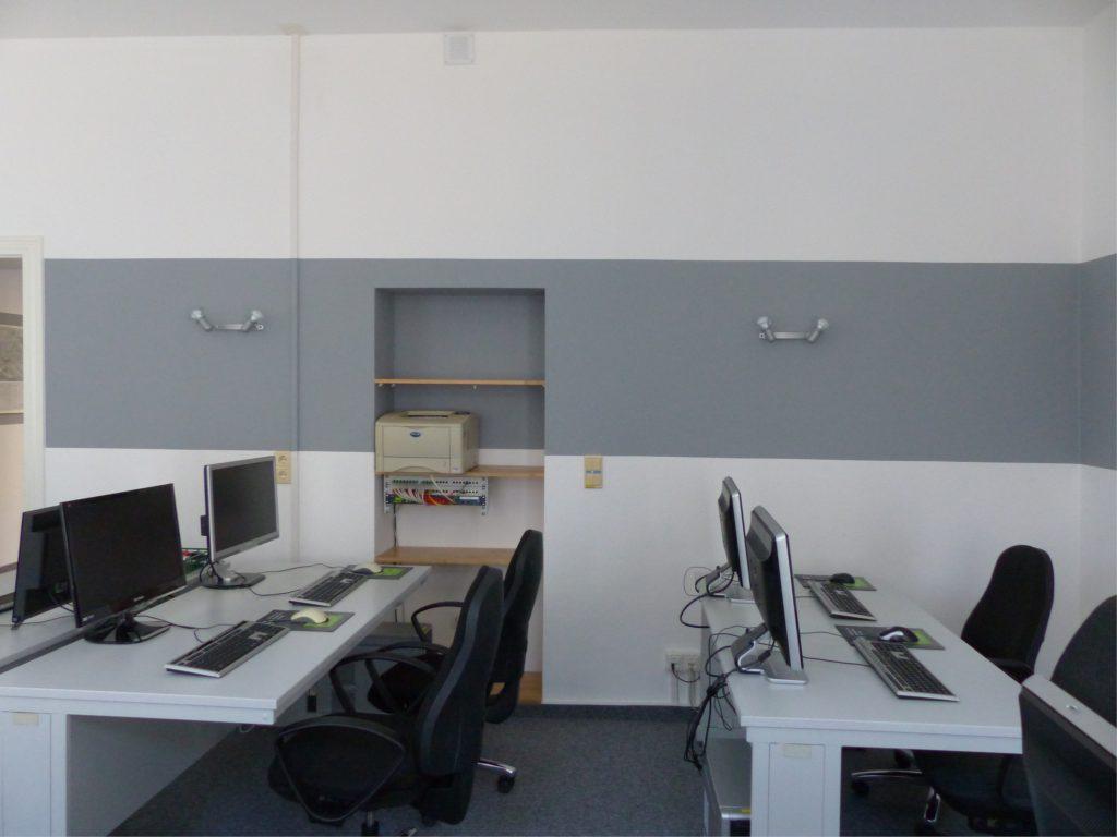 Schulungsraum nach Umgestaltung Seite mit Wandnische in weiß und grau