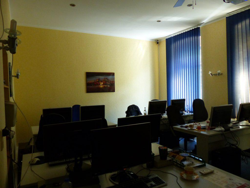 Schulungsraum vor Umgestaltung Rückseite mit gelber Wand und Wandbild