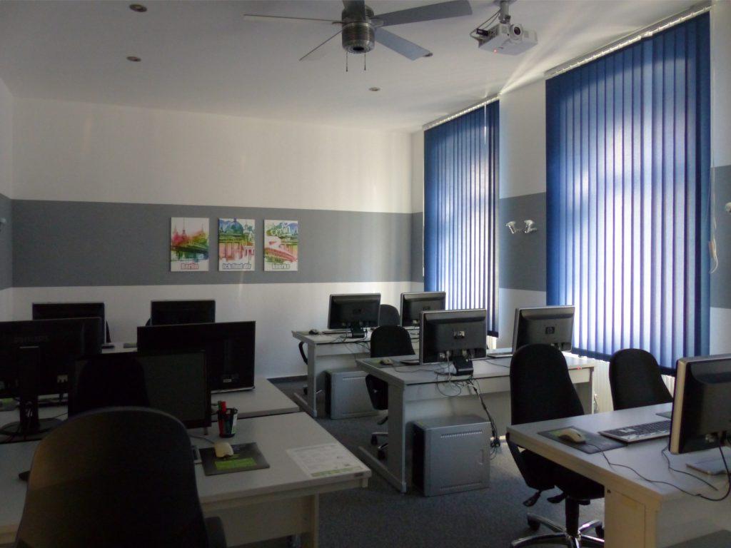 Schulungsraum nach Umgestaltung Rückseite mit weißer Wand und grauem Farbstreifen
