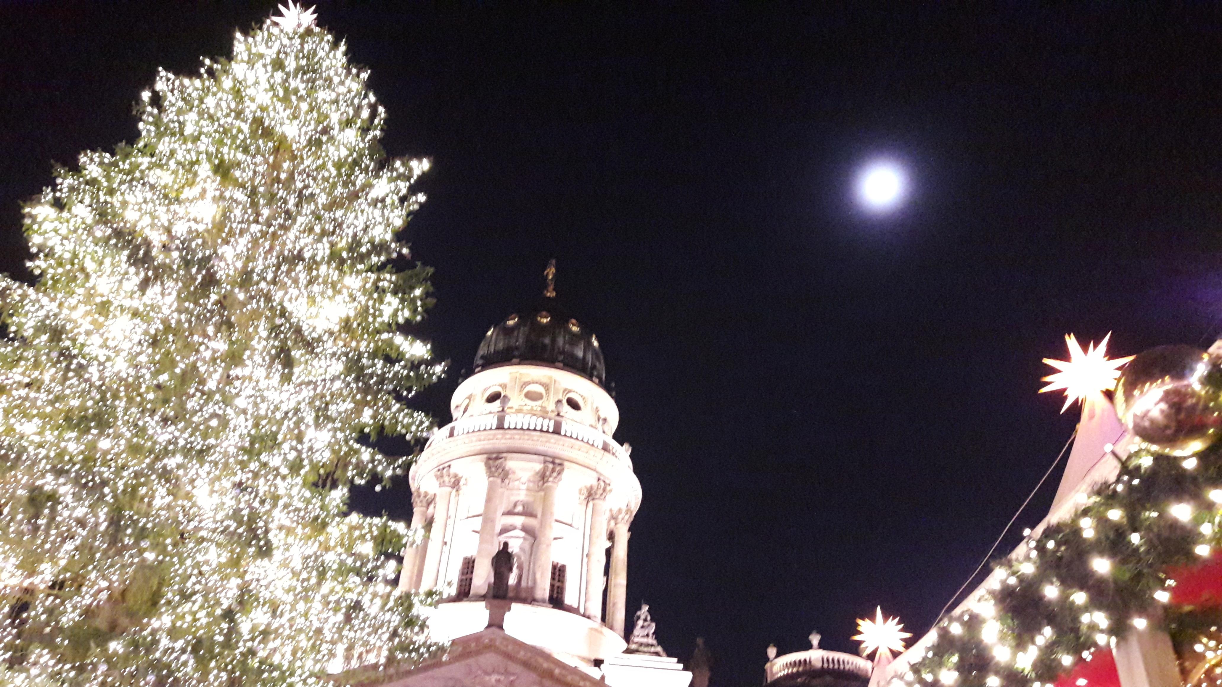 Weihnachten am Berliner Gendarmenmarkt mit Weihnachtsbaum, Deutschem Dom und Mond