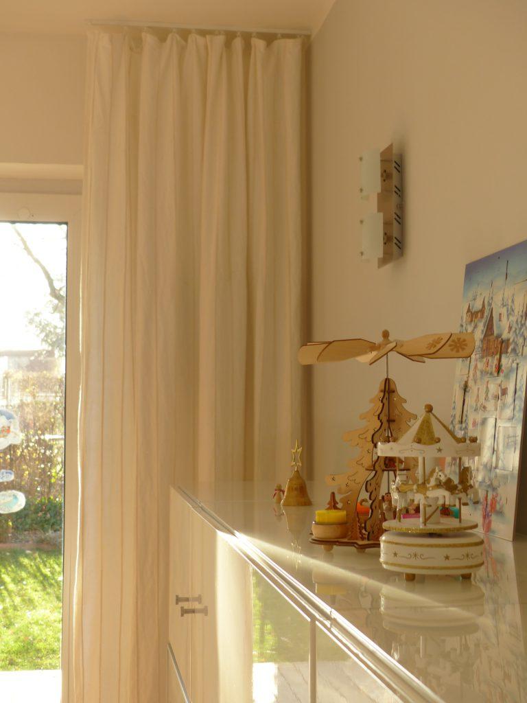 altes Klavier nach Umgestaltung mit Detail Vorhang und weihnachtlicher Higboard-Dekoration