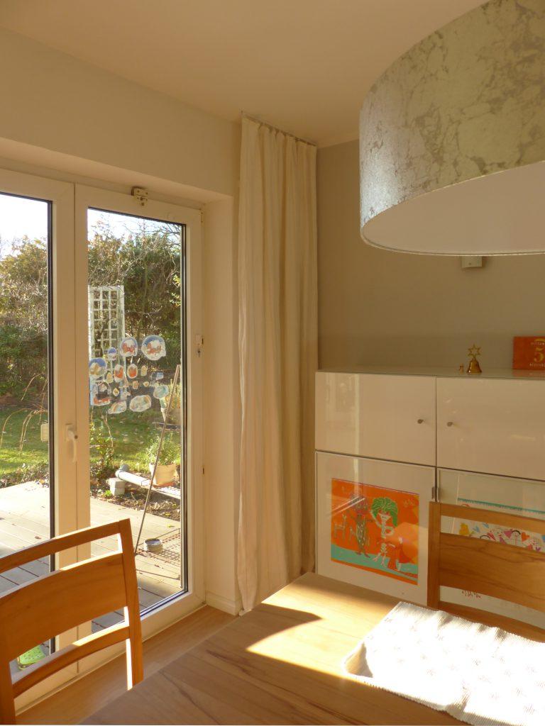 altes Klavier nach Umgestaltung mit Vorhängen, weissem Highboard und grauem Lampenschirm
