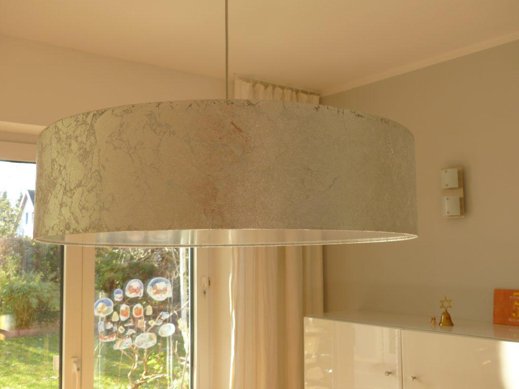 altes Klavier nach Umgestaltung mit Detail grauer Esstisch-Lampe