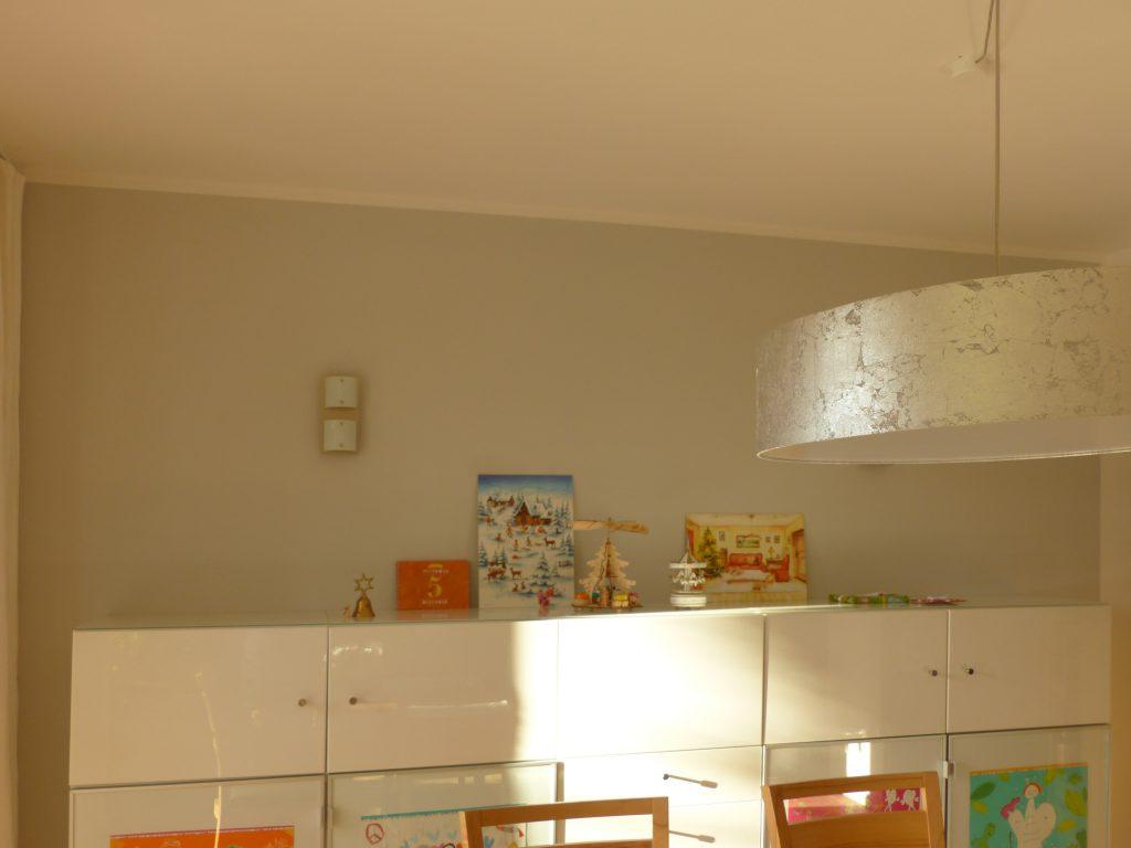 altes Klavier nach Umgestaltung mit weissem Highboard vor grauer Wand