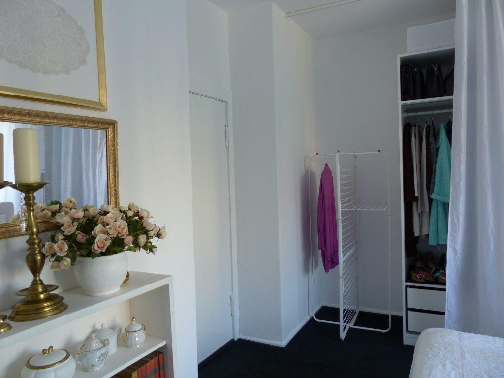 weisses Schlafzimmer Fertig mit Bild, Spiegel, Regal und Wäscheständer