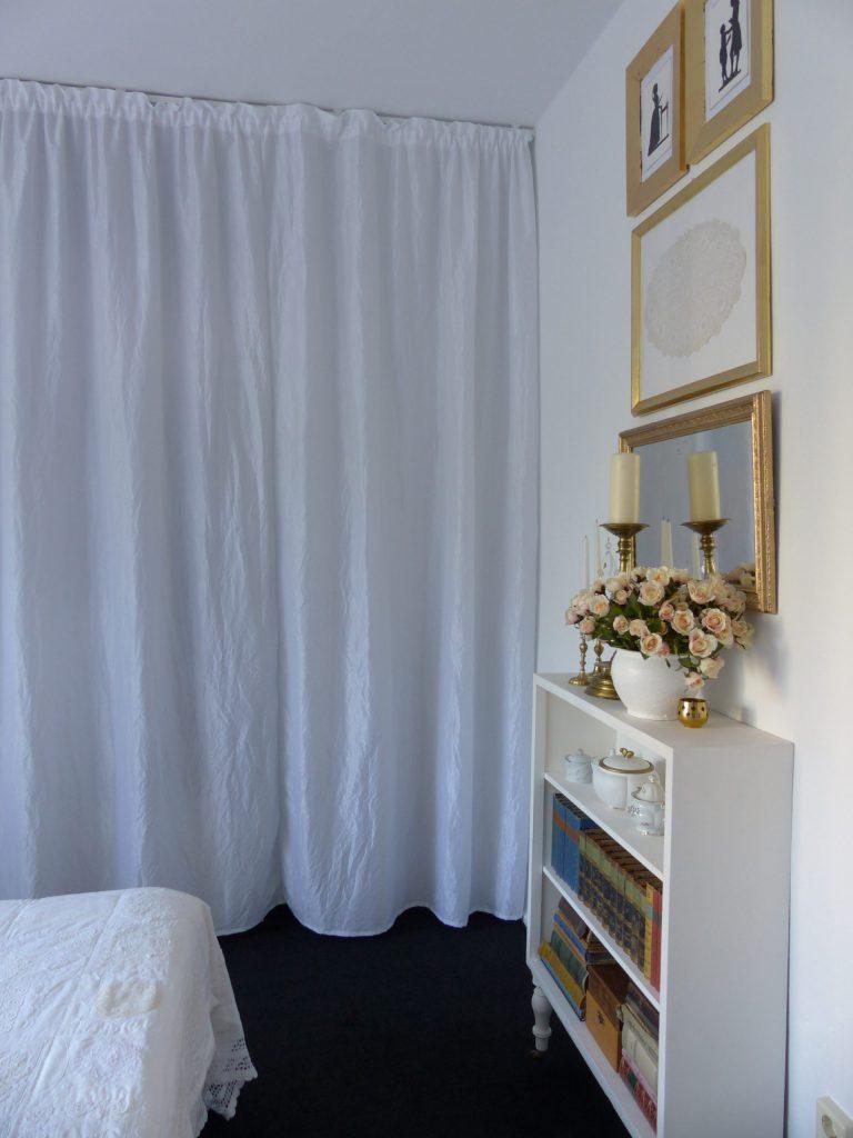 weisses Schlafzimmer Fertig mit Bildern, Spiegel und dekoriertem Regal