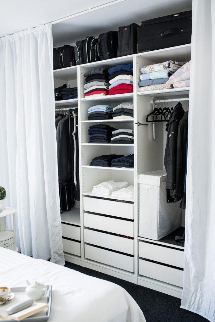 weisses Schlafzimmer Fertig mit Kleidung, Koffer und Taschen