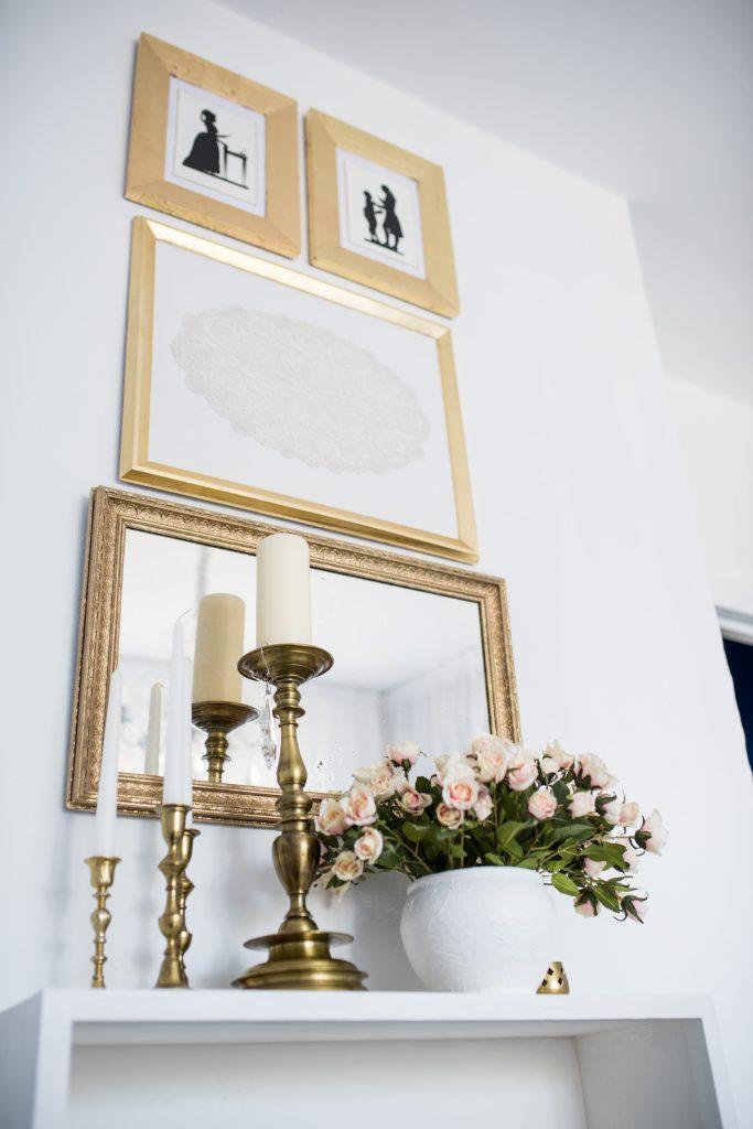 weisses Schlafzimmer Fertig mit Bildern, Spiegel Kerzenständer und Rosenstrauß