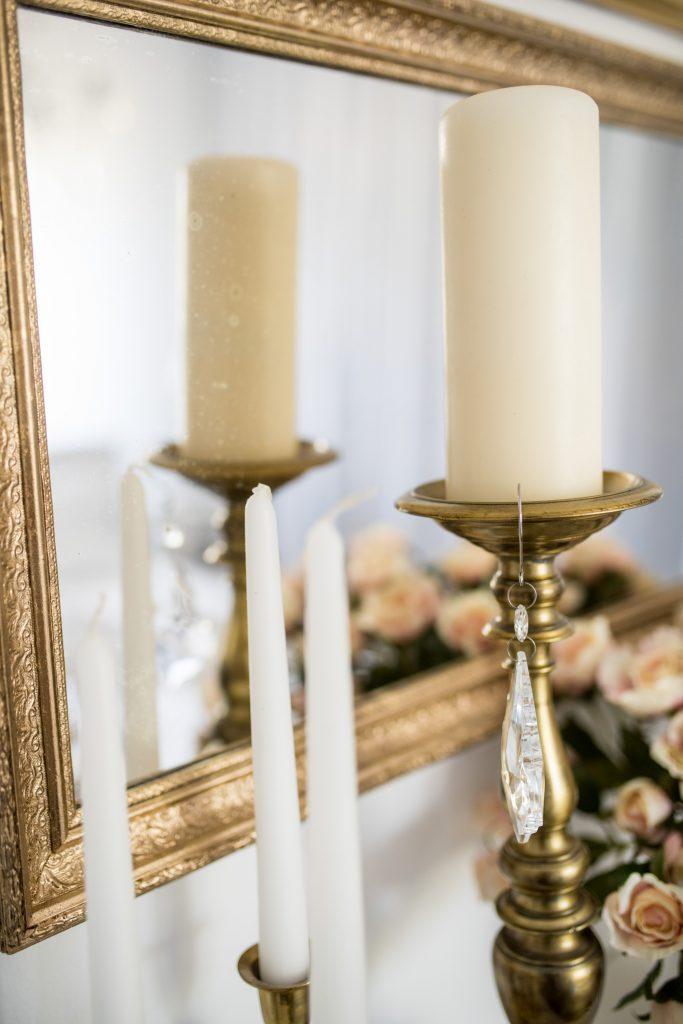 weisses Schlafzimmer Fertig mit Kerzenständer und Spiegel