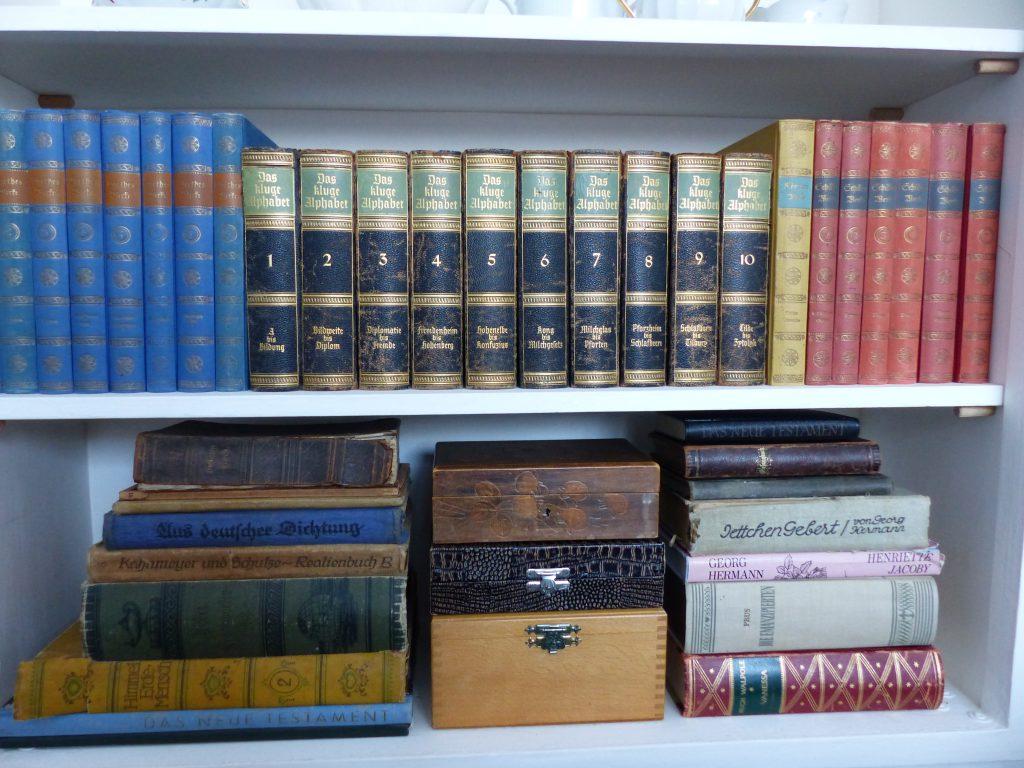 weisses Schlafzimmer Fertig mit alten Büchern im Regal