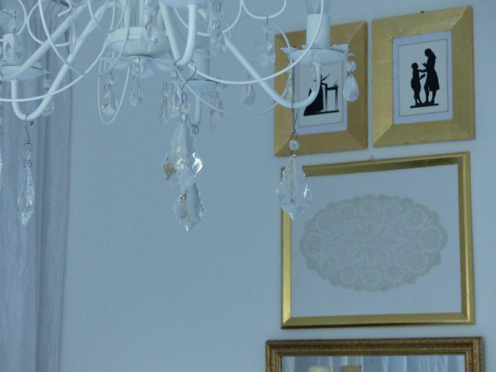 weisses Schlafzimmer Fertig mit Kronleuchter und Bildern