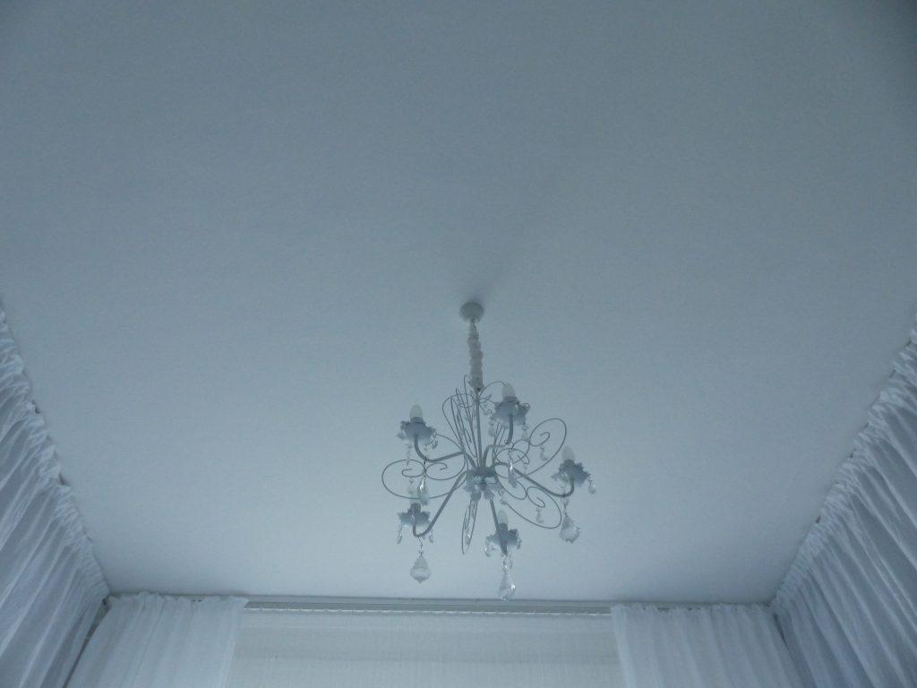 weisses Schlafzimmer Fertig mit Kronleuchter, Decke und Vorhänge in weiß