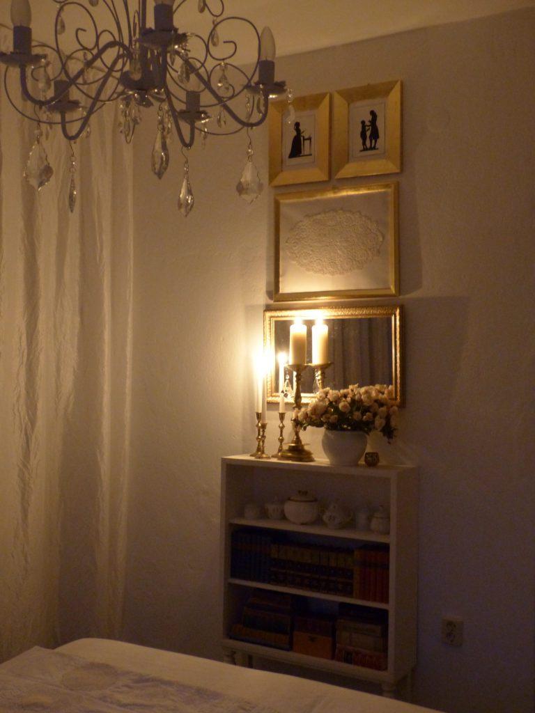 weisses Schlafzimmer Fertig mit Kerzenlicht